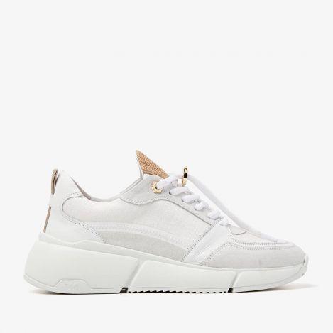 Celina Jess witte sneakers