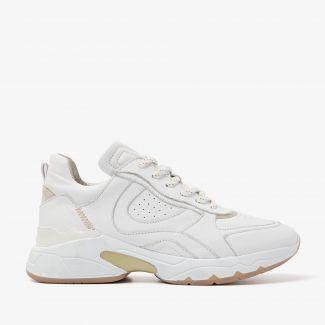 Zaira Flynn witte sneakers