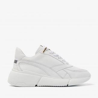 Celina Jae witte sneakers